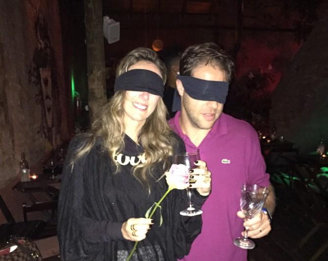olhos vendados no jantar no escuro