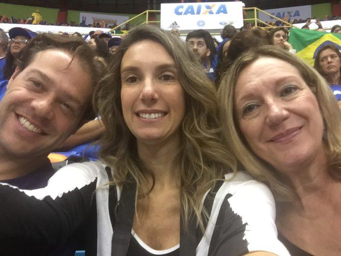 familia reunida assistindo a copa do mundo de gisnatica artisitica no brasil