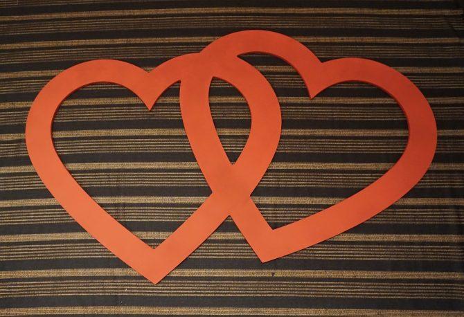 Já que será num domingão, minha sugestão é: marque um piquenique com os casais amigos e façam um ensaio fotográfico entre vocês. Cada casal leva alguns objetos relacionados com o amor, como por exemplo: bexigas, plaquinhas, flores ou uma moldura de corações com essa.