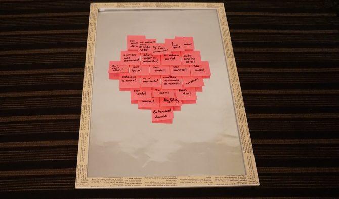 Use post-it rosas, escreva o que você mais gosta do amado e faça altas declarações.