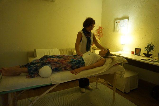 Fefe Rosada fazendo reike, a cura pelas maos