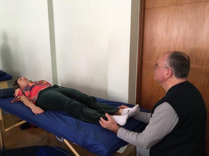 Fefê Rosada, experimentando uma Terapia Complementar e Integrativa que visa equilibrar a flutuação do liquor no sistema craniossacral, facilitando os processos naturais de autocura e saúde.