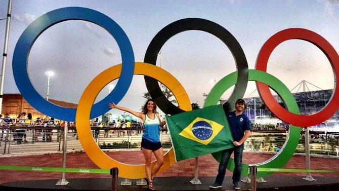 Fefe Rosada e seu maridão na Olimpíada Rio @016 na frente dos arcos Olímpicos