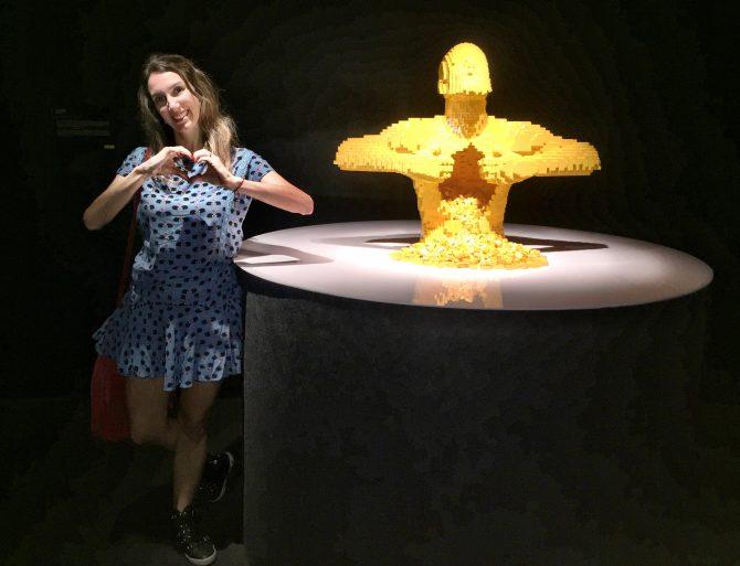 Fefê Rosada na exposição The Art of the Bricks, exposição Lego,.