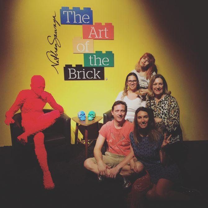 Fefê Rosada e sua familía na exposição The Art of the Bricks, exposição Lego,.