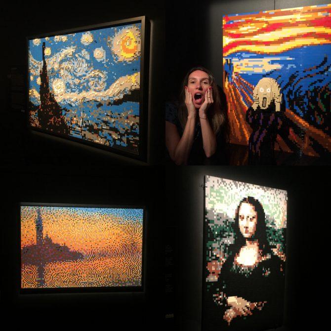 Fefê Rosada simulando o o grito de munch, na exposição The Art of the Bricks, exposição Lego.