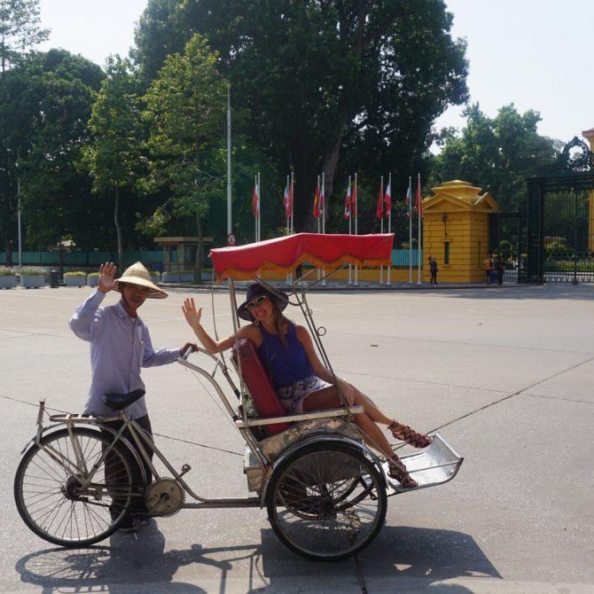 turistando em hanoi de tuktuk.