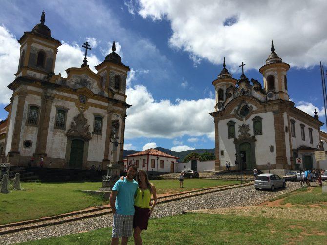 Fefê Rosada do Blog Up na Vidinha entre as igrejas de Mariana, no circuito das Cidades Históricas.