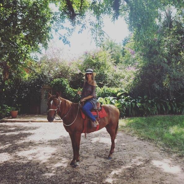Fefê Rosada andando a cavalo