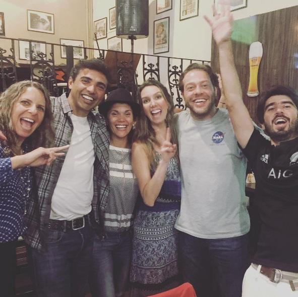 Fefê Rosada na festa de despédida com os amigos