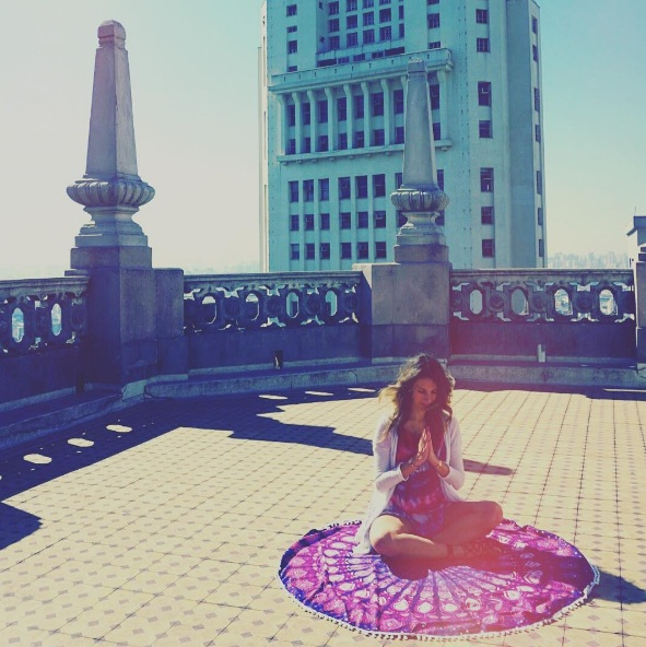 Fefê Rosada meditando no Edifício Janarelli
