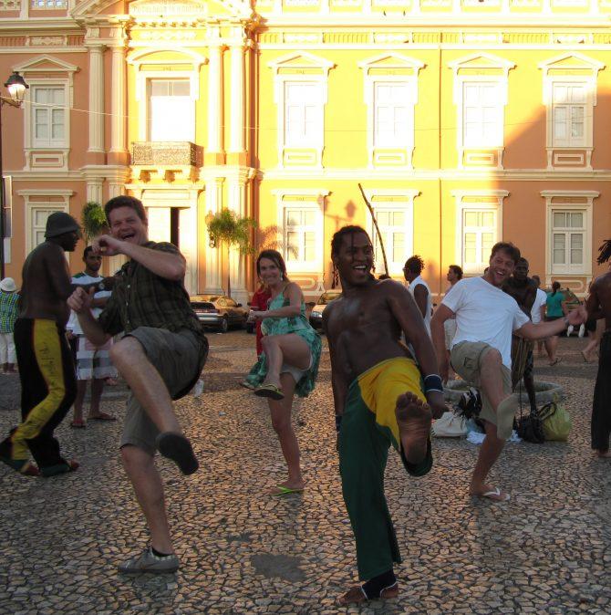 Fefê Rosada do Blog Up na Vidinha jogando capoeirano Pelorinho em salvador, BA