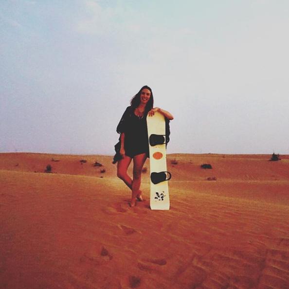 Post: Saia da Rotina! Fefê Rosada do Blog Up na Vidinha fazendo sandboard no deserto de Dubai.
