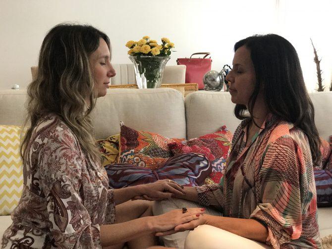Fefe Rosada fazendo uma sessão com a Terapeuta de Theta Healing, Cris Fernandes